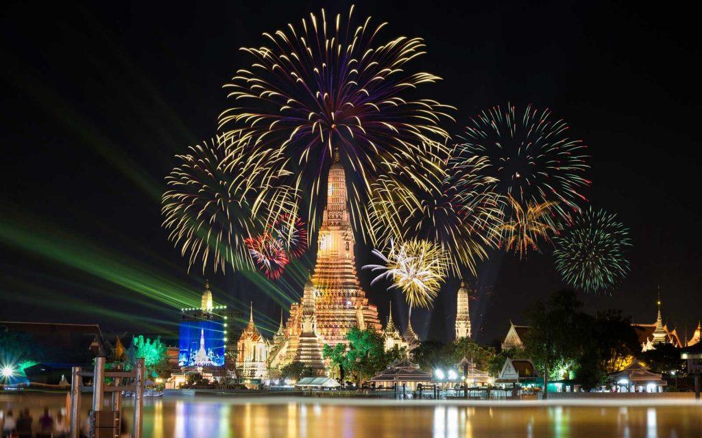 Atmosfera del Wat Arun nella notte di Capodanno