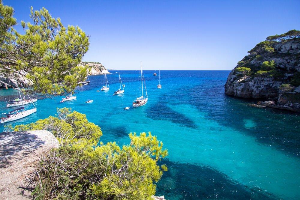Barche e yacht nel mare di Minorca