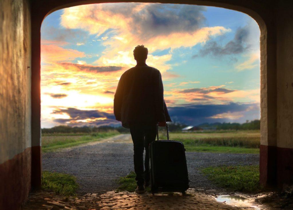 uomo valigia